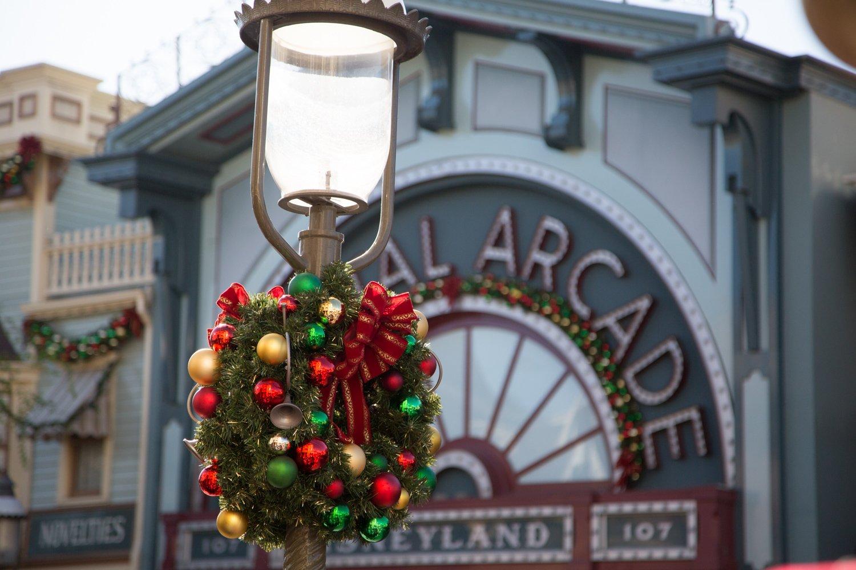 disneyland-at-christmas-time-10
